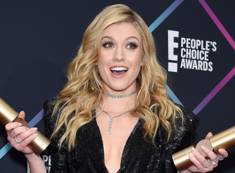 Kat McNamara comparece ao E! People's Choice Awards