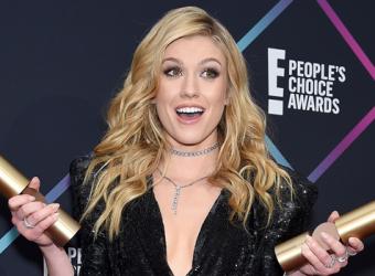 Kat McNamara comparece ao E! People's Choice Awards